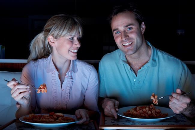 Süslü püslü akşam yemeği   Genelde : Pahalı bir restoranda adını bile telaffuz edemeyeceğiniz yemekler söylemek, rezervasyon yaptırmak.   Sizin için artık : Yemek sırasında YouTube videoları ya da sevilen dizileri izlemek.