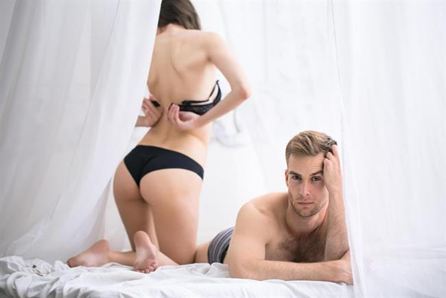 Dünyada birçok erkeğin cinsel aktivite süresi 1,5 ile 7 dakika arasında değişiyor. Fakat erkeklerin büyük bir bölümü 2 dakika ya da daha az bir süre içinde boşalıyor ve partnerlerini cinsel yönden tatmin edemiyorlar. Türkiye'de de durum bundan ibaret.   Uzman Klinik Psikolog ve Hipnoz Uzmanı Mehmet Başkak'a göre, hızlı başlayan ve çabuk biten bir seks anlayışımız var. Daha çok tek taraflı, genellikle erkeğin işini bitirmesine odaklı bir seks hayatı yaşıyor insanımız. Hatta bu durum şarkılarımıza bile yansımış. O şarkıda 'Sevmek bir ömür sürer, Sevişmek bir dakika' diyor. Fakat bilim adamlarına göre ideal seks süresi ortalama 4 dakika olmalı.   Kaynak Fotoğraflar: Ingimage, Pixabay, Pinterest