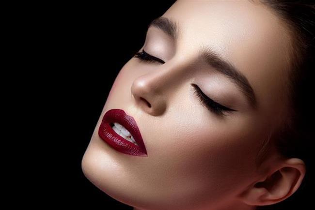 Eye-liner, göz makyajının vazgeçilmez ürünü. Gölgelemelerde beyaz farlar çok işlerine yarıyor. Rujda ve allıkta kırmızı tonları tercih ederlerse, içlerindeki dikkat çekme isteğini tatmin edebilirler.