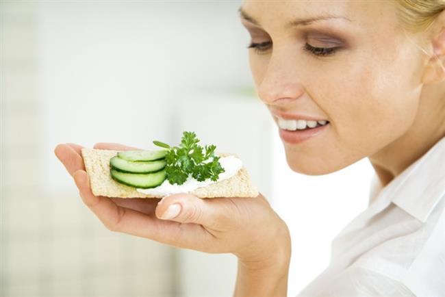 Üç kraker bir peynir   Tam tahıllı bir kraker üstüne peynir koyarak kendinize sağlıklı bir atıştırmalık hazırlayabilirsiniz. Hem 100 kaloriyi geçmeyecek hem de lezzetli bir ara öğününüz olacak. Kalorisi 98 kalori.