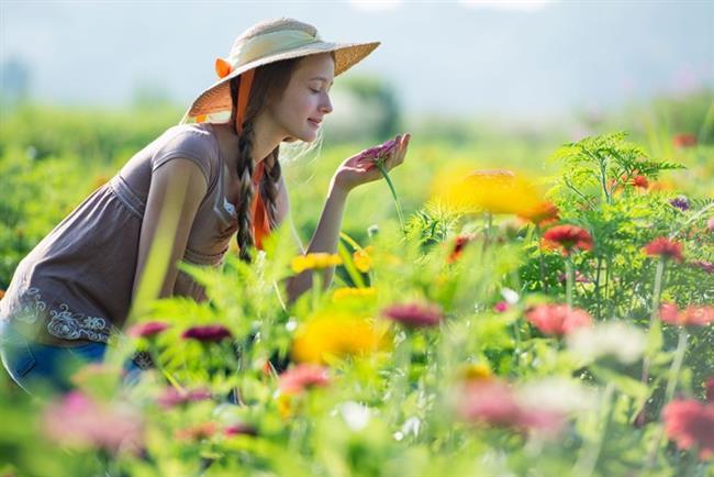 5. Geçmişteki sıkıntılarınızdan ve çelişkilerinizden uzaklaşın    Geçmişte sunumlarınızda veya toplantılarınızda kötü sonuçlar almış olabilirsiniz ama gelecek için aynı kaygıları taşımayın. Bu durumlarda, içinde bulunduğunuz anı yaşamaya çalışın. Pencereden dışarı bakın, kuşları dinleyin, arabaları seyredin, çiçekleri koklayın. İki dakika da olsa, anı tam olarak o anda yaşayın. Bu hem zihninizi hem de vücudunuzu rahatlatacaktır. İyimser bakış açınızın da gelişmesine katkıda bulunacaktır.
