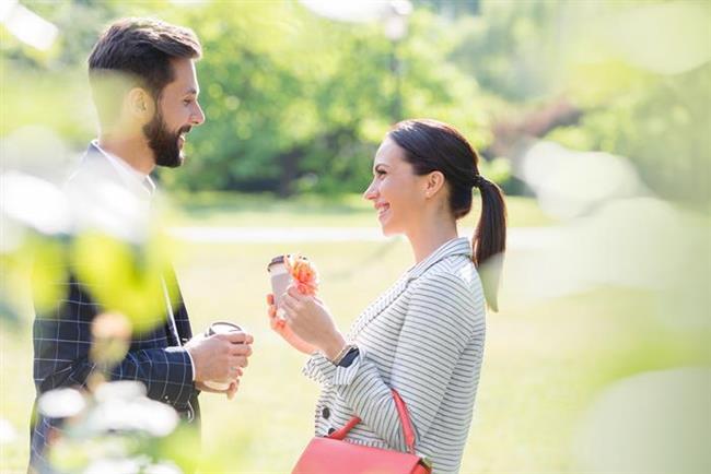 28- Çok sevdiği bir şeyi bile seninle paylaşabiliyorsa,  29- Onu kırdığın zaman günlerce kendine gelemiyorsa,  30- Sık sık, arayıp aramadığını kontrol etmek için telefonuna bakıyorsa,