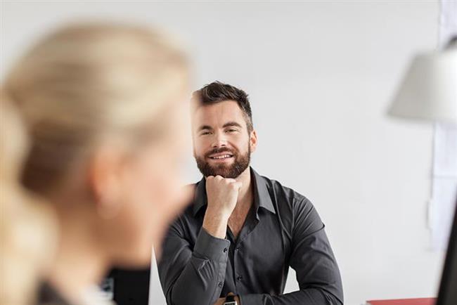 1- Başka bir şeyle ilgilenirken seni seyrediyorsa,   2- Anlattığın şey önemsiz bile olsa bıkmadan seni dinliyorsa,   3- Sana dokunmak için her türlü fırsatı değerlendiriyorsa,