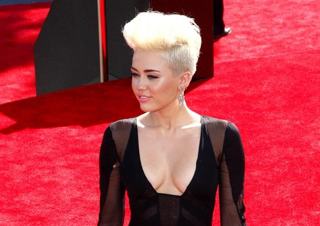 Küçük Göğüslü Olmak Seksi Olmaya Engel Değil   Birçok ünlünün gösterdiği üzere, küçük göğüslü kadınlar çok çekici!