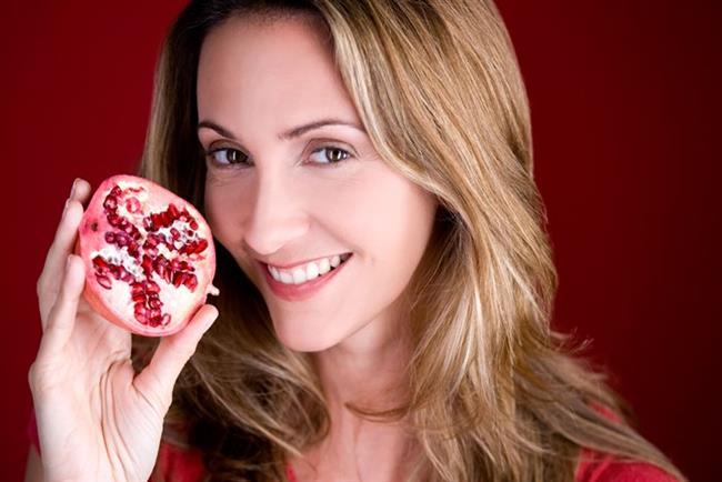 Nar, yüksek antioksidan içeriği nedeniyle 'süper besin' olarak adlandırılıyor. Nar ve nar suyu, genişlemiş damarların görünümlerini azaltarak cildin daha sağlıklı görünmesini sağlıyor.