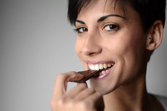Çok güçlü bir antioksidan içeriğe sahip olan siyah çikolata da ciltteki kan akışını düzenlemeye yardımcı oluyor.