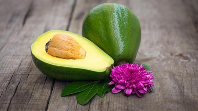 E ve C vitaminiyle yüklü bir tropikal meyve olan avokado ise içerdiği Omega-3'den zengin yağlarla, cilt için tüm kötü etkenlerle savaşıyor.