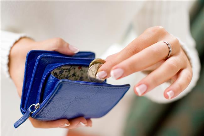 Paranızı nasıl harcadığınız!  Erkek arkadaşınızla ortak hesabınız olmadığı sürece, onun, sizin kendi paranızı nnereye harcadığınızı bilmesine gerek yok. Erkeklerin gereksiz alış veriş olarak gördükleri ayakkabı, elbise almanızdan rahatsız olabilirler.  Giydiğiniz bir şeyi beğendiğinde nwerden aldığınızı ve ne kadar ödediğinizi ona söylemeyin. Eğer bilmek isterse de aldığınızın çok ucuz olduğunu söyleyin.