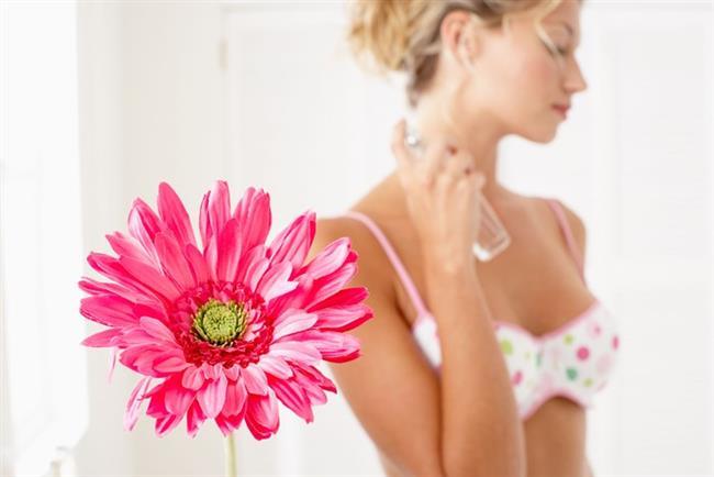 * Parfümü sıkma yeri olarak nabız alınan sıcak bölgeleri seçin. Bu bölgeler; bilekleriniz, boynunuz, dirsek içiniz, dizlerinizin arkası veya ayak bilekleriniz olabilir.