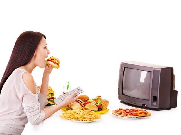 Yiyecek reklamlarının ardından aşırı kalorili besinlere yönelmek.