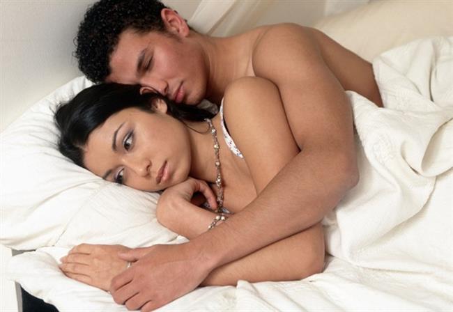 """Orgazm sorunlarının kökeninde çoğunlukla abartılı beklentiler, yanlış bilgiler, cinsel eşle ilgili iletişim sorunu ya da erken boşalma sorunu yatabilir.   Bazen erkekler eşlerinin orgazm olmasını, onun da bu duyguyu yaşaması adına ya da eşini orgazma ulaştırarak erkekliğini kanıtlayabilmek adına çok isterler. Ve bu durumu çoğunlukla """"Eşimin orgazm sorunu var, o orgazm olamıyor"""" şeklinde bize aktarırlar."""