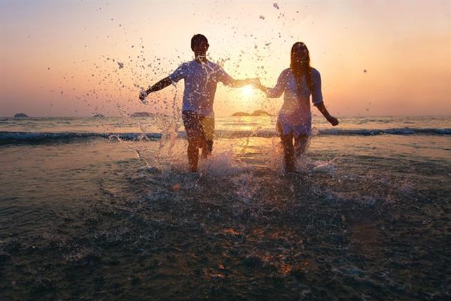 """Balık (20 Şubat-20 Mart arasında tanıştıysanız)   Bu ilişki o kadar uyumlu ki ruh ikizinizi bulmuş gibisiniz. Bu ilişkiden doğan aşk romantik bir biçimde yaşanacaktır. Balıklar filmlerdeki aşklara çok inanırlar ve aşklarını gerçekten film gibi yaşarlar. Eşsiz ve görkemli.   Avantajları: Bu ilişki anlayış doludur. Tam """"Gerçek olabilmesi için fazlasıyla güzel"""" dedirtecek tipten.   Zorlukları: Balık burcu Neptün tarafından yönetilir. İlişkiniz ara sıra yanlış anlaşmalara ve hayalperestliğe kurban gidebilir   Tedavisi: Her an aşık olmak mümkün değil. Gerçek bir dünyada yaşadığınızı kabul edin. Gerçekçi olmak aşkı öldürmek anlamına gelmiyor."""