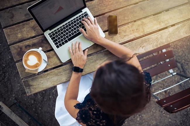 Günümüzde, yoğun bir iş hayatına sahip olan kişilerin bilgisayar başında olma süreleri günde yaklaşık 7-8 saati bulabiliyor. Sürekli bilgisayara bakılarak çalışılması ise gözlerde olumsuz etkilere yol açabiliyor.   Doktorsitesi.com'un üye uzmanlarından göz doktoru Op. Dr. M. Erman Emre bilgisayarların dikkat edilmediğinde göz sağlığına zarar verebildiğini vurgulayarak alınabilecek önlemleri sıraladı.