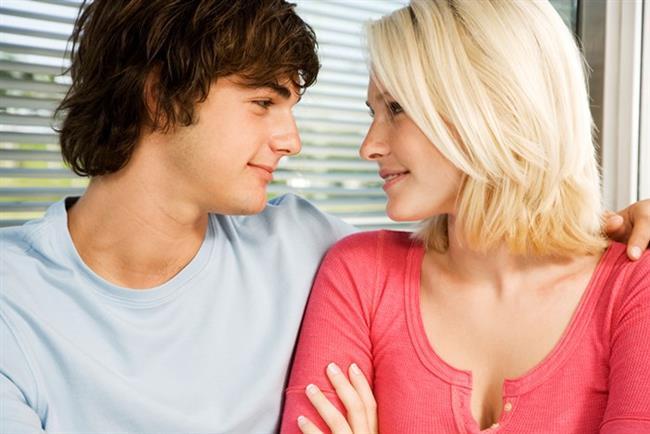 5. Etrafta gezip tozmaktan sıkıldı  Her ne kadar erkeklerin evlenmeye karar vermeleri için belli bir yaş aralığı olmasa da (hepsi aynı hızda olgunllaşmıyorlar), bir süre sonra, yaşadıkları yüzeysel ilişkiler çekiciliğini kaybetmeye baslar ve daha derin bir ilişki arayışına girerler.  Bu kafa yapısına kavuşmalarında, diğer erkek arkadaşlarının da yavaş yavaş evlenmeye, çoluk-çocuk sahibi olmaya başlamalarının da rolü olabilir. Artık kendisiyle beraber gezip tozacak arkadaş bulmakta zorlanır duruma düşer. Ancak en önemlisi etrafında bu kadar çok ciddi ilişki yaşayan insan olduğu sürece o da hayatta kendine dair ne istediğine daha net karar verebilir.  Her ne kadar bekarlık sultanlık olsa da, duygusal yönden tatmin etmez. Sonuçta çoğu erkeğin isteyeceği şey kendi ruh ikizine sahip olmaktır.