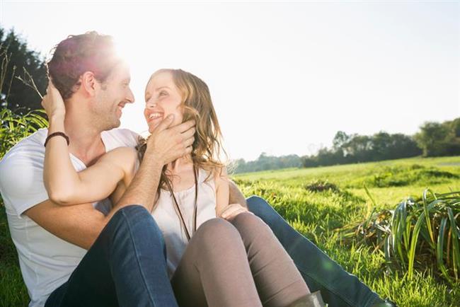 """Gratch. """"Hazır olmak"""" diye cevap veriyor. """"25 senedir erkeklerle çalınıyorum ve onlara ilişki terapistliği yapıyorum, deneyimlerime dayanarak diyebilirim ki bu işin % 49'u doğru kadından, %51'i de hazır olmaktab geçiyor. Bu demektir ki birbirine uyumlu olmak oldukça önemli. Ancak o kafa yapısında değilse birine asla bağlanmayacaktır.Erkeklerin yüzde 81'lik bir oranı, evlenmeye karar verme sebebi olarak doğru zamanın geldiğini belirtmişler.   İşte erkeklerin evlilik kararını etkileyen faktörler..."""
