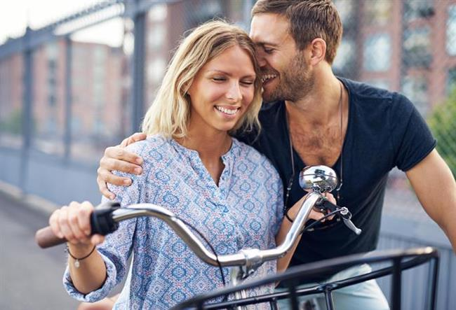 2. Kusurları kabul edebilme yetisi  Mantıken, hepimiz biliyoruz ki mükemmel İnsan ya da mükemmel ilişki diye bir şey yok. Ancak, olgunluk ve yaşadığımız randevu deneyimlerine dayanarak buna inanmamız mümkün oluyor.  Gerçek dışı beklentilere sahip olması, bir erkeğin yakın bağ kurmasını engelleyecek en önemli faktör. Eğer hazırlıklı olmayan bir erkek, bir kadınla yakın bağ kurmaya başlarsa bilinçli veya bilinçsiz olarak kusur aramaya başlayacaktır. Bu da iki insan arasında mesafe yaratır ve sonuçta ayrılmalarına sebep olur.