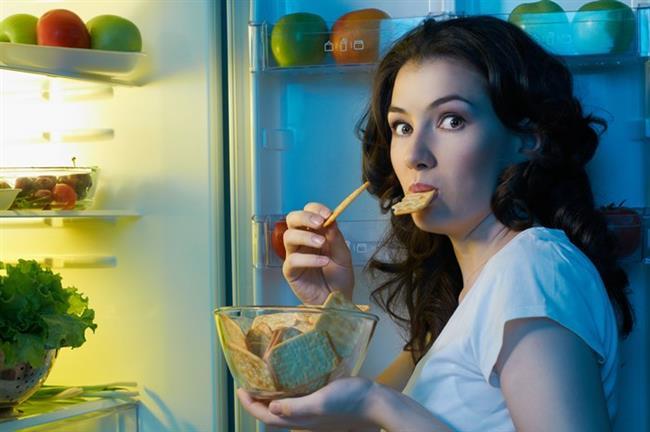 Gece vakti yemek yemek   Yiyecekler gece daha lezzetli oluyormuşcasına her lokmada pişmanlık duyup devam edeceksiniz bu aktiviteye.