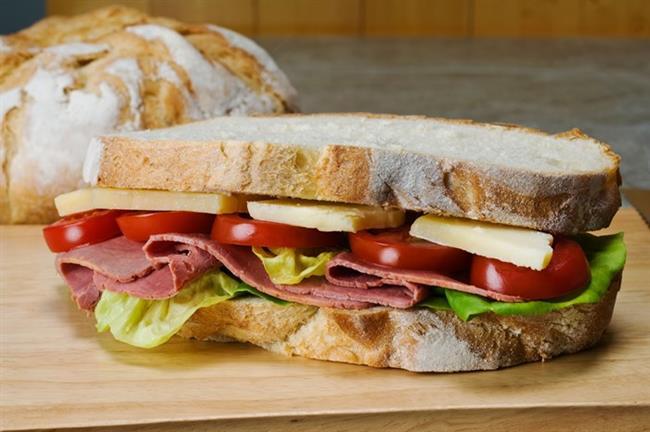 Kahvaltı:    Özellikle beyaz ekmek içerdiği 10-20 gram şeker oranıyla önemli bir gizli şeker kaynağıdır. Kahvaltıda ekmekten vazgeçmem diyenlerdenseniz tam buğday ya da kepek ekmeğini tercih edin.