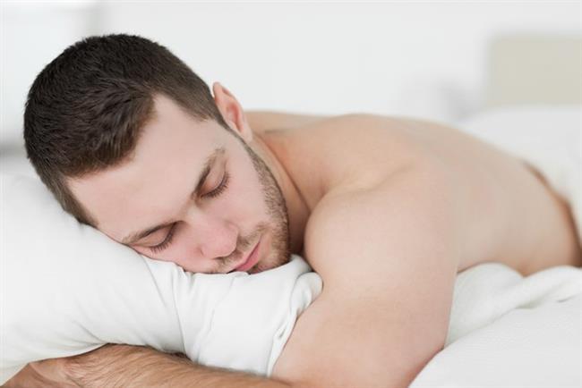 Yüzüstü yatış ile horlamaya son!  Horlayan için bu pozisyon uygun  olabilir. Horluyorsanız, bel ve boyun ağrısından mustarip değilseniz, yüzüstü yatmak sizin için faydalı olabilir. Kötü tarafı boyun ve bel ağrısına neden olabilir. Omurgada kireçlenmesi olanlar için tavsiye edilmez. Eklemlere baskı uygulayarak ve sinirlerin geçtiği kanalları daraltarak sinirlerinsıkışmasına; ağrı, uyuşma ve karıncalanma oluşmasına yol açar.