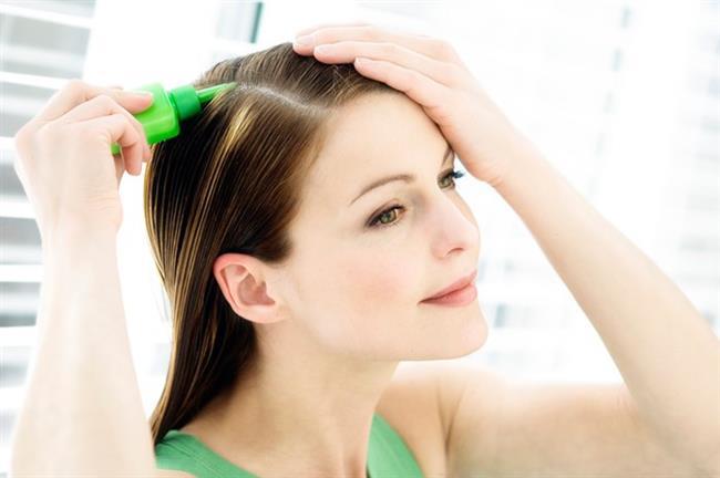 Tatlı Badem Yağı ve Sarımsak  Sarımsağın saç köklerini canlandırarak beslediğini eminiz ki pek çok kaynaktan okumuşsunuzdur. Hem yeni saç oluşumunu destekliyor hem de saçların dökülmesini engelliyor. Bu sayede saçlar daha hızlı uzarken yıpranmalar da ortadan kalkmış oluyor. Saç uzatma yöntemleri konusunda ilk olan bu yöntem için bir diş sarımsak ve iki tatlı kaşığı tatlı badem yağı gerekiyor. Sarımsağı iyice ezin ve iki tatlı kaşığı tatlı badem yağına ekleyin.
