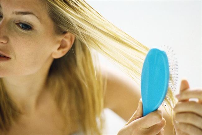 Bu karışımı mümkünse 2 saat kadar oda sıcaklığında bekletin. Bu sayede sarımsağın özü badem yağına iyice karışsın. Sonrasında saç köklerinize sürün. Saçlarınızı hava almayacak şekilde streç film ile sarın ve bekleyebildiğiniz kadar uzun süre bekleyin. Eğer zamanınız yoksa saç kurutma makinesi ile beş dakika boyunca kürün saç diplerinizde çalışması için ısı uygulayın. Bu yöntemi her hafta 2 defa olmak şartı ile uygulayın.