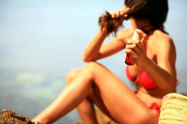 Hindistan Cevizi Yağı ve Keten Tohumu Yağı  Organik olan hindistan cevizi yağı katı kıvamlı olduğu için bir yemek kaşığı kadar alın ve oda sıcaklığından yüksek bir sıcaklıkta, mümkünse mikrodalga fırında eritin. İçerisinde iki çay kaşığı kadar keten tohumu yağı ekleyin ve karıştırarak saç köklerinden itibaren uçlarına kadar uygulayın. Bu sayede yalnızca saç kökleriniz değil boyları ve uçlarına da bakım yapmış olacaksınız. Saçlarınız uzarken aynı zamanda sağlıkla parlamaya da devam edecek.