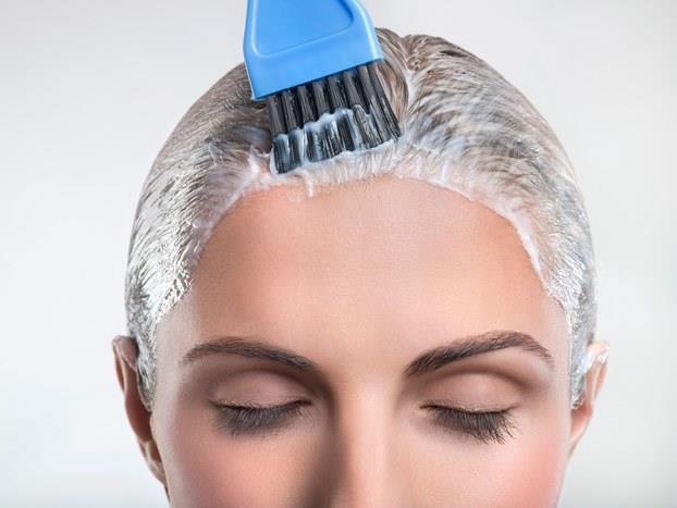 Yumurta ve Zeytinyağı  Bir adet yumurtayı mikser yardımı ile iyice karıştırın ve içerisine bir yemek kaşığı zeytinyağı ekleyin. Bu bakımı saçlarınız yağlı iken yaparsanız etkisinin daha fazla olduğunu zamanla anlayacaksınız. Saç köklerinden başlayarak tıpkı saçı boyuyormuş gibi saç uçlarına kadar uygulayın ve streç film ile saçlarınızı sarın. Saçlarda mümkünse varsa 3-4 saat bekletin. Kokusu biraz ağır olsa da çok etkili ve faydalı bir saç uzatma yöntemi olduğu için katlanmanızı tavsiye ediyoruz.