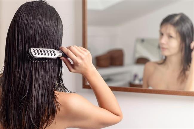 Üzüm Çekirdeği Yağı ve Çörekotu Yağı  Saçlarınızı uyumadan önce mutlaka tarıyorsunuzdur. Zira bu saç uzatma yöntemleri için oldukça önemli bir uygulamadır. Saçlarınızı her gece taradıktan sonra sadece diplerine birer çay kaşığı üzüm çekirdeği yağı ve çörekotu yağını ekleyerek uygulayın. Bu şekilde sabaha kadar yağlar saç köklerinizde kalmalı ve etki etmelidir. Sabah uyandığınızda duş alıp saçlarınızın son durulama suyuna elma sirkesi ekleyerek durulayın. Bu saç uzatma yöntemini gün aşırı denemenizi tavsiye ediyoruz.