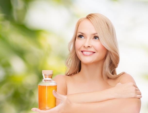 Bunun dışında bol su içmek hem saç sağlığı hem de saçların hızlı uzaması için oldukça önemlidir. Saç uzatma yöntemleri için doğal yağlardan faydalanacağız. Her yöntem için gerekli olan bakım yağı ve diğer malzemeleri dikkatle okumanızı tavsiye ediyoruz.