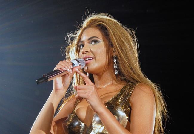 """Yüzyılın pop müzik kraliçesi olarak anılan Beyoncé, 2005 yılında annesi ile hazırladığı Deréon markası ile moda dünyasına da adım attı. İsmini Beyoncé'nin büyükannesi Agnèz Deréon'dan alan marka, Knowles ailesinin kadınlarından ilham almış. Deréon markası 2009 yılında Sasha Fierce isimli bir çocuk koleksiyonu hazırladı. Geçtiğimiz yıl Topshop markası ile anlaşan Beyoncé Nisan ayında çıkardığı spor koleksiyonu """"Ivy Park"""" ile de dünya gündemine oturmuştu."""