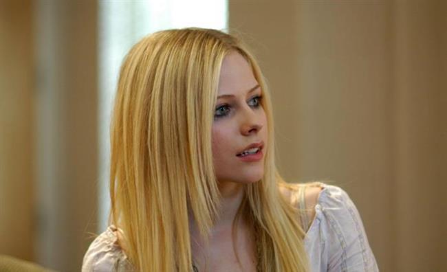 """Ünlü rock yıldızı Avril Lavigne'ın markası olan """"Abbey Down"""" ismini ünlü yıldızın çocukluk lakabından alıyor. """"Abbey Down"""" markası genel hatları ile neon pembe ve siyah renklerden ve çılgın desenlerden oluşan bir """"okula dönüş"""" koleksiyonu. Avril Lavigne'ın 2009 yılında çıkardığı """"Black Star"""" isimli bir de parfümü bulunmakta.   Yazan & Derleyen: İrem Peçel"""
