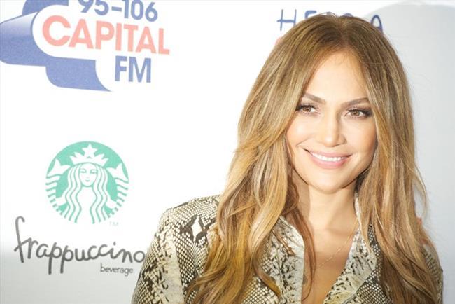 """Pop dünyasının ikonları arasında yer alan Jennifer Lopez de kendi giyim markasına sahip ünlülerden. Ünlü yıldızın markası """"J.Lo"""" 2001 yılında üretime başladı. Bugün hala Amerikan piyasasında varlığını sürdüren markanın Glowing isimli ünlü parfümü de 2012 yılında piyasaya çıkarıldı."""