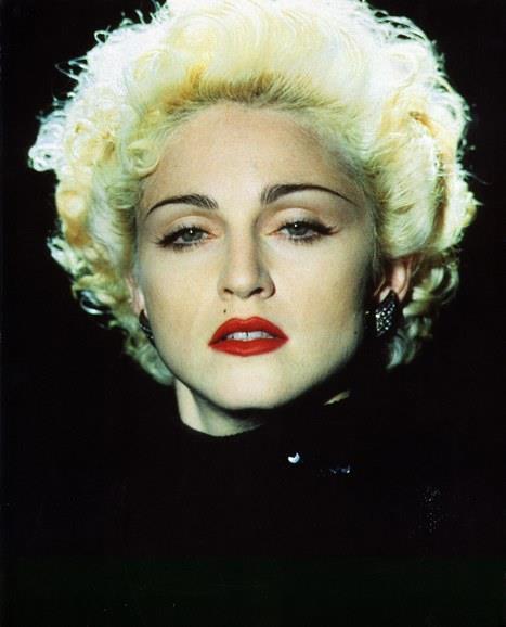 Her kadının makyaj koleksiyonunun vazgeçilmez parçalarından biridir kırmızı ruj. Kimi zaman sade bir elbiseyi ortaya çıkarırken, kimi zaman da şıklığınıza ışıltı katarken en büyük destekçiniz olur. Bizler gibi ünlüler de kırmızının ihtişam ve asaletinden vazgeçemiyorlar. İşte ilham almanız için bir araya getirdiğimiz ünlüler ve onların kırmızıları…  Madonna  Hangimiz Madonna'nın bu 80'li yıllardaki fotoğrafını görüp de iç geçirmedik ki? Siz de onun gibi göz alan kirpiklerinizi ve bakışlarınızı kırmızı bir rujla ortaya çıkarabilirsiniz.  Yazan&Düzenleyen: İrem Peçel