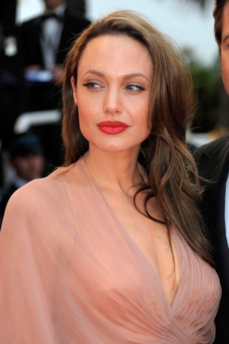 Angelina Jolie  Dudaklar söz konusu olduğunda her kadının içindeki ufak kıskançlık kıvılcımlarını alevlendiren Angelina Jolie, kırmızı renkli dudakları ile de göz alıyor. Dolgun dudaklarınızı kırmızı bir rujun yardımıyla daha da belirginleştirebilirsiniz.
