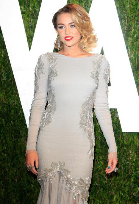 Miley Cyrus  İster çılgın stili ile isterse de şık bir elbisenin içinde olsun Miley Cyrus da kırmızının çekiciliğinden vazgeçemeyenlerden. Siz de kombinleyeceğiniz kıyafetlerinize uygun tonda bir kırmızı ruj tercih edebilirsiniz.