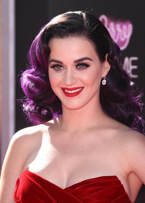 Katy Perry Renklerin kadını Katy Perry'nin kırmızı ruju es geçeceği düşünülemezdi değil mi? Mor renkli saçları ve çarpıcı kırmızı ruju ile Katy Perry saç renginin kırmızı ruj kullanımında bir etkisi olmadığını gösteriyor. Saç renginizi dert etmeden siz de kırmızı rujun keyfini çıkarabilirsiniz!