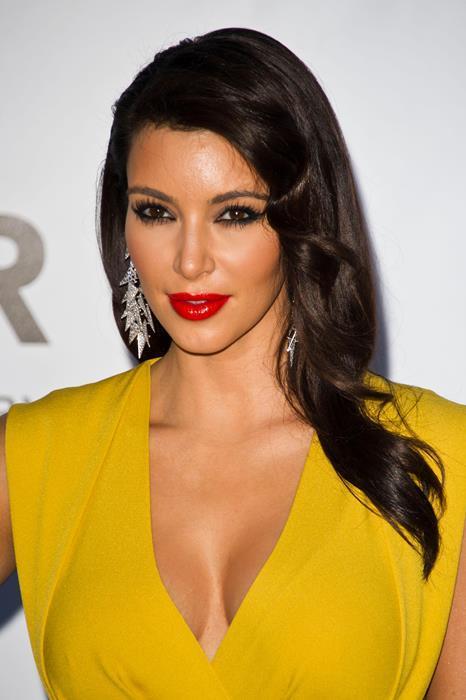 Kim Kardashian  Show dünyasının en dikkat çeken isimleri arasında yer alan Kim Kardashian da kırmızı rujun en güzel taşıyıcılarından. Koyu bir göz makyajı ve kırmızı ruju birleştirdiği bu görünüşü örnek alabilirsiniz.