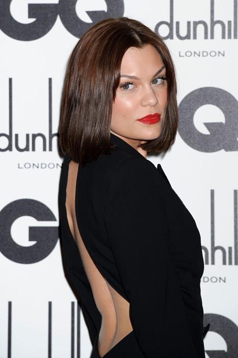 Jessie J  Kırmızı halıdaki basit ama asla yanlış gitmeyecek şıklık formülü: Siyah bir elbise ve kırmızı bir ruj! Jessie J'in de uyguladığı bu formülü siz de denemek için kırmızı halıda yürümeyi beklemenize elbette gerek yok. Hanımlar, siyah bir elbise ve kırmızı bir rujun gücünü asla küçümsemeyin!