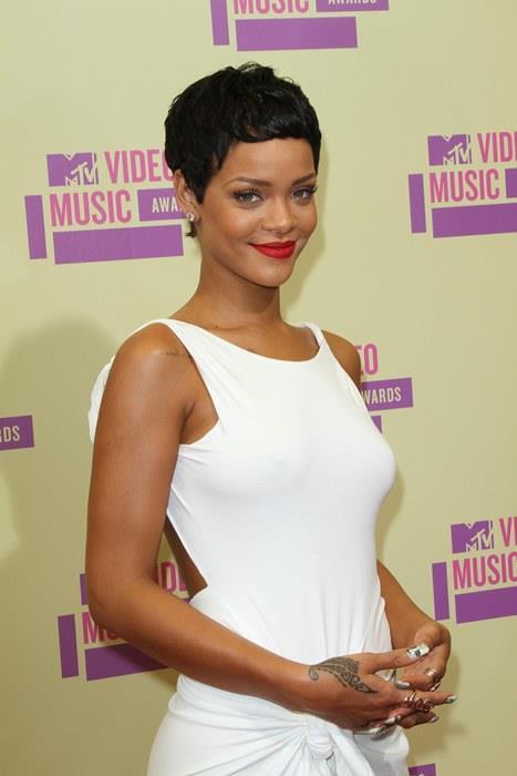 Rihanna  Kısa saçların erkeksi göründüğünü söyleyenler henüz kırmızı rujun gücüne şahit olmamışlar demektir! Rihanna'nın da birçok kez gösterdiği gibi siz de kırmızı rujunuzla ve kısacık saçlarınızla göz alıcı olabilirsiniz!