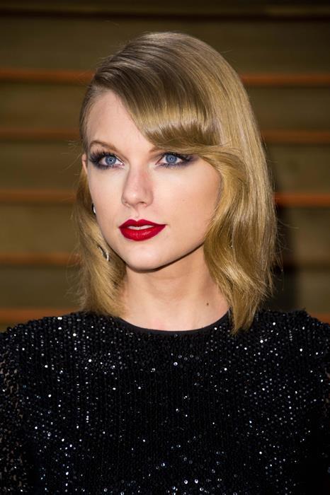 Taylor Swift  İşte kırmızı ruj aşıklarından biri daha! Taylor Swift'in buğulu göz makyajını kırmızı ruju ile desteklediği bu görüntüsü hepimizin favorileri arasında. Siz de onun bu görüntüsünden ilhamla gelecek hafta sonu buluşmasının yıldızı olabilirsiniz.
