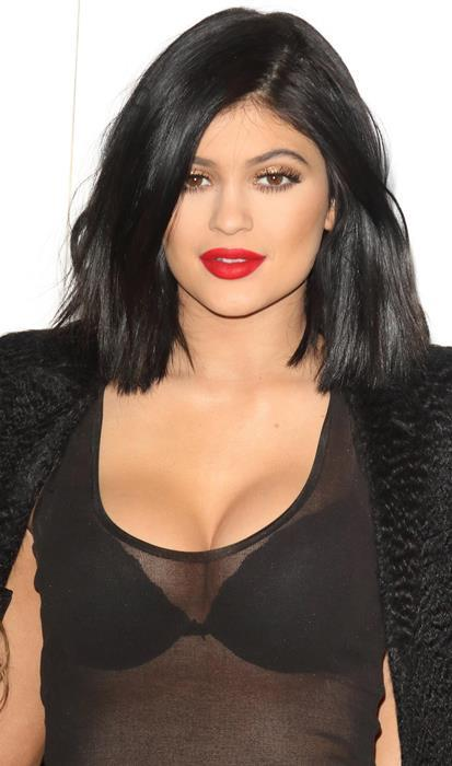 Kylie Jenner  Bu yılın en çok ilgi çeken ve nude tonlu makyajları herkesçe beğeni toplayan Kylie Jenner da kırmızının büyüsüne kapılanlardan. Siz de kendinize toprak tonlarını daha çok yakıştırıyor olsanız da kırmızı renge mutlaka bir şans vermelisiniz!