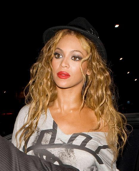 Beyonce  Esmer kadınların kırmızı ruj önyargısını yerle bir eden Queen B! Kırmızıya hayatınızda yer vermek için ten renginizin hiç de önemli olmadığını gösteriyor. Şimdi bahaneyi bir kenara bırakın ve kendinizi kırmızının ışıltısıyla şımartın!