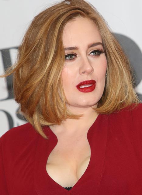 Adele  Kırmızının asla fazlası olmaz diyenler köşemizde bugün karşınızda Adele! Kırmızı bir elbise, kırmızı ayakkabılar ve kırmızı bir ruj! Neden mi? Çünkü neden olmasın ki?!