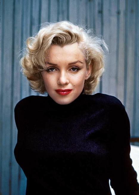 Marilyn Monroe Porselen görünümlü bembeyaz bir cilt, sapsarı saçlar ve kıpkırmızı ruju ile nesiller boyu kadın erkek herkesin gönlünü çalan Marilyn Monroe için kırmızı rujun ikonu demek yanlış olmaz. Kırmızı ruju hemen şimdi denemek için başlı başına bir sebep Monroe! Kim bilir belki siz de onun gibi kendi arkadaşlarınız arasında kırmızı rujun ikonu olursunuz?