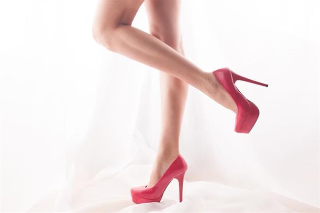 Hemen hemen her kadının giydiği topuklu ayakkabı etraftakilerin dikkatini ve beğenisini toplamak için tercih ediliyor... Ancak topuklu ayakkabının vermiş olduğu ağrı ve acı topuklu ayakkabı giymekten vazgeçilmesine neden olabiliyor. Kadınların kendilerine olan güvenini kazandıran topuklu ayakkabılardan vazgeçmek yerine acıyı hafifletmek daha güzel olmaz mıydı?
