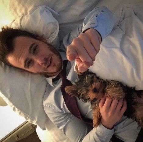 Kerem Bursin ve köpeği Hektor.