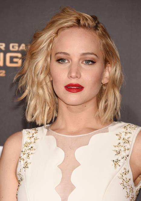 Saçlarınıza değişiklik yapmak istiyor fakat karar veremiyor musunuz? İşte Hollywood'a damgasını vurmuş ünlü oyuncuların birbirinden farklı kırmızı halı saç modelleri!  Jennifer Lawrance  Oyunculuğu ile olduğu kadar farklı ve samimi kişiliği ile de beğenileri üzerine toplayan Jennifer Lawrance'ın  sarı dalgalı saçları ona en çok yakışan modellerden. Hem genç hem de şık görünen bu omuz üzeri düz kesim modelini siz de deneyebilirsiniz.  Yazan & Düzenleyen:İrem Peçel
