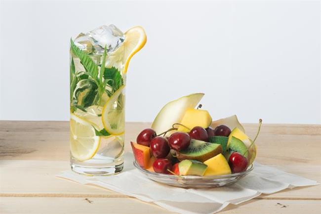 2) Suya Aroma Katın  Su içmiyor oluşunuzun sebebi belki de suyun tadından hoşlanmamanız. Merak etmeyin, bunun çok basit bir çözümü var. Bir sürahi içine dilimleyeceğiniz  taze meyvelerle suyunuzu tatlandırabilirsiniz.  Ya da limon  ve salatalık dilimleyip nane yaprakları da ekleyerek ferahlayabilirsiniz.