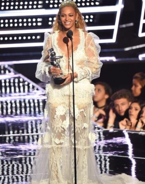 """3- EN İYİ KADIN KLİBİ   Beyoncé – """"Hold Up"""""""
