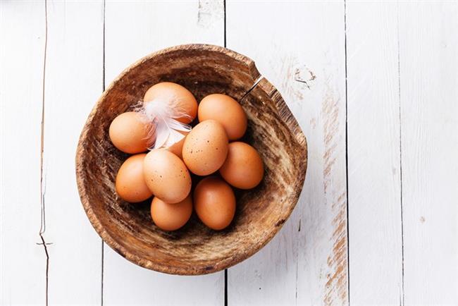 1.BU BESİNLERİ SOFRANIZDAN EKSİK ETMEYİN  Yumurta  Cildi destekleyen ve hasarları onaran yumurta ile fasulye gibi protein içeren gıdalar menünüzde mutlaka bulunmalı. Yumurta ayrıca içerdiği biotin ile cilt kuruluğu için de öneriliyor.Haftada 3 kez yumurtayı sofranızda bulundurmaya özen gösterin.